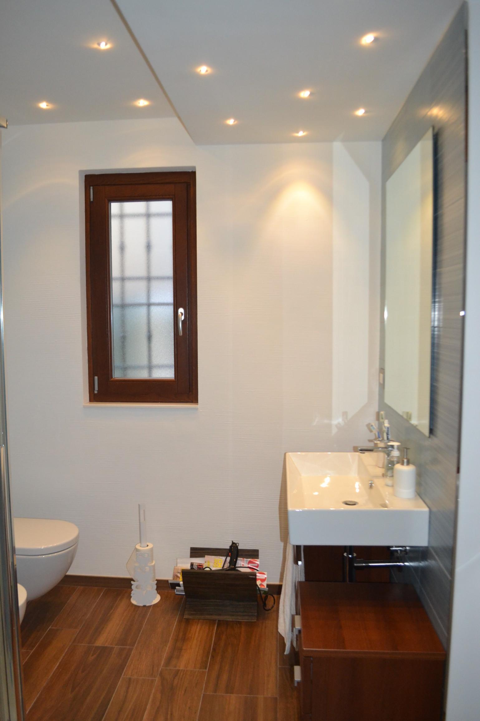 Abbassamento Soffitto Bagno: Mobile bagno semicurvo specchio con cornice in poliuretano colonna.